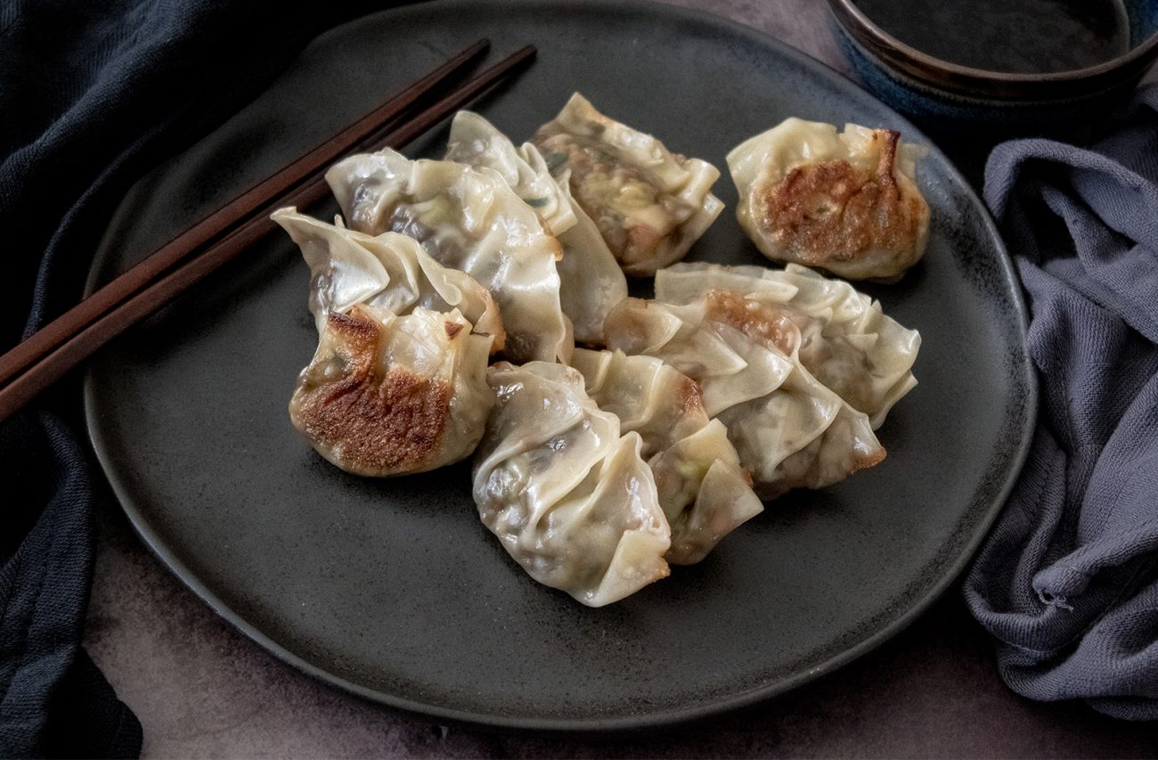 Vegetable dumplings (vegan gyoza / potstickers)